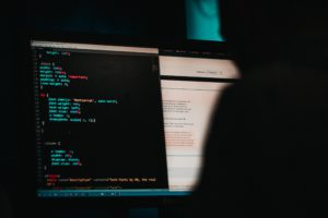 Ein Hacker sitzt an einem Rechner. Er versucht, Erpressungs-Trojaner zu verbreiten. Bild: Unplash/Mika Baumeister