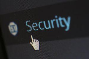 Auf einem Bildschirm ist das Wort Security zu sehen. Es geht um Sicherheitsmaßnahmen bei Erpressungs-Trojanern. Bild: Pixabay/Werner Moser