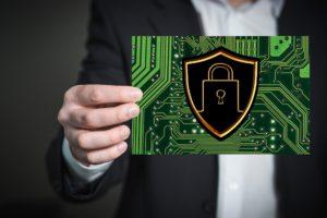 Ein Geschäftsmann hält eine Platina in der Hand. Sie soll ein sicheres Backup als Schutz vor Ransomware darstellen. Bild: Pixabay/Gerd Altmann