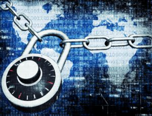 Eine Eisenkette mit Schluss steht symbolisch für IT-Security. Zu sehen ist ein Bildschirm mit verschiedener Sicherheitssymbolik und einem Eingabefeld für Benutzer und Passwort. Es geht um IT-Security. Bild: Pixabay/Thomas Breher