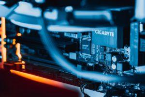Zu sehen ist ein Teil eines Servers. Wenn ein Unternehmen ein Server kaufen möchte, ist es wichtig, die Server-Infrastruktur zu beachten. Bild: Unsplash/Florian Krumm