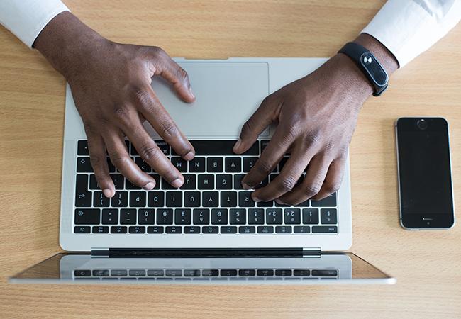 Das Bild zeigt einen Laptop (EU Business Register). Bild: Cytton Photography/Unsplash