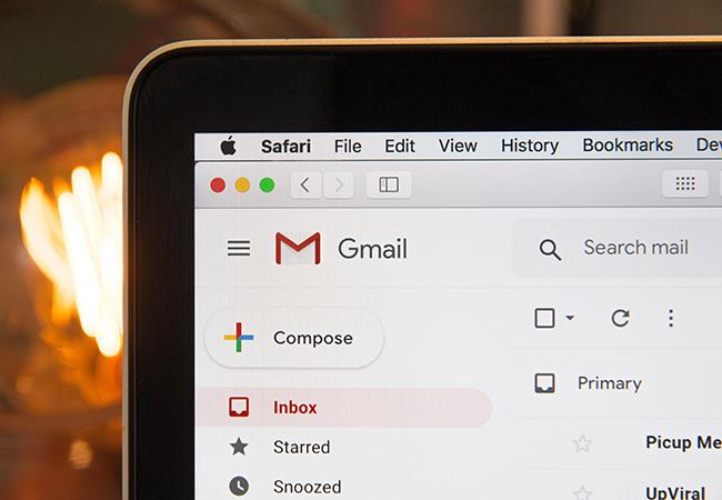 Das Bild zeigt einen Computer-Bildschirm mit geöffneten E-Mail-Postfach (E-Mail-Verteiler). Bild: Unsplash/Stephen Phillips