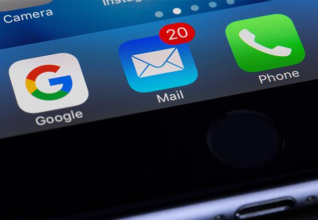 Zu sehen ist eine E-Mail-Inbox auf einem Handy-Bildschirm. Bild: Pexels/Torsten Dettlaff