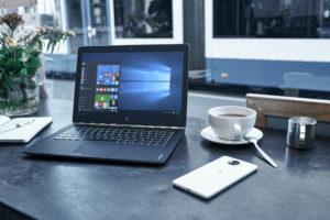 Laptop mit Windows 10 Startbildschirm. Der Wechsel zu Windows 10 bringt nicht nur beim Windows 7 Support-Ende wichtige Vorteile. (Bild: Microsoft)
