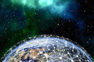 Zu sehen ist eine Teil der Erde mit freier Spähre um sich herum. Die Erde wird von einem leuchtenden Netz umzogen. Es steht für die 5G-Frequenzen. Bild: www.pixabay.com / geralt