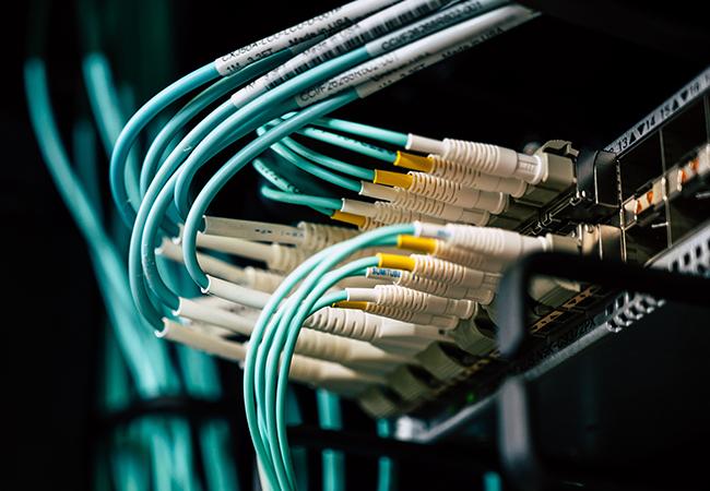 Zu sehen sind Kabel in einem Serverraum. Kabelsalate erhöhen die Serverraumtemperatur. Bild: Pexels/Brett Sayles