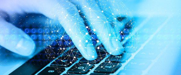 Zu sehen ist eine Tastatur, über der eine linke Hand schwebt. In dünnen Linien zeichnet ein Netz die runde Form der Erde nach. Das Netz symbolisiert die 5G-Frequenzen, die rund um die Welt ein Netzwerk bilden. Bild: www.pixabay.com / geralt