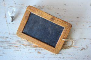 Zu sehen ist eine kleine alte Schultafel. Mit dem DigitalPakt Schule gehört sie endgültig der Vergangenheit an. Bild: www.pixabay.com / Devanath