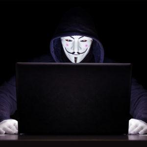 In einer schwarzen Umgebung sitzt eine Person mit schwarzem Kapuzenpulli vor einem Laptop. Nur die Maske und Handschuhe stechen in Weiß hervor. Ob der Hacker in die Honeypot-Falle tritt?, Bild: www.pixabay.com / Michael Treu
