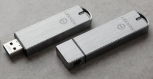Das Bild zeigt zwei USB-Sticks der Firma Kingston. Sie stellen die Datensicherheit im Unternehmen sicher. Bild: Kingston