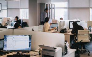 Zu sehen ist ein Büro mit mehreren PC-Arbeitsplätzen. Wie sieht es hier mit der Security Awareness aus? Bild: Unsplash / Damir Kopezhanov