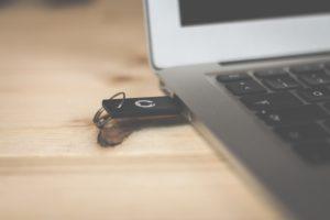 Das Bild zeigt einen USB-Stick in einem Computer. Unverschlüsselte USB-Sticks gefährden die Datensicherheit im Unternehmen. Bild: Unsplash, Bina Blum
