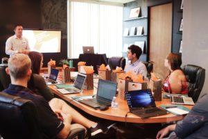 Das Bild zeigt ein Team bei einer Besprechung, jeder hat seinen Computer vor sich. Bei einem Hacking-Angriff könnte keiner mehr arbeiten. Daher ist es wichtig, sich um die Ausfallsicherheit zu kümmern. Bild: Unsplash / Campaign Creators