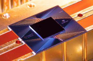 Zu sehen ist der Sycamore-Prozessor, auf dem der Google-Quantencomputer basiert. Bild: Google