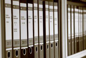 Zu sehen ist ein Regal mit Aktenordnern. Damit kommt ein Unternehmen der Aufbewahrungspflicht nach. Bild: Pixabay/Jürgen Sieber