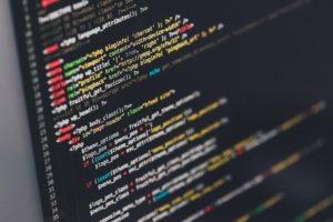 Computerbildschirm mit bunt markiertem Text zum Programmieren.