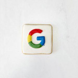 Das Bild zeigt einen Kuchen mit dem Google-Logo. Auch Google Bewertungen sind neben Paid Likes eine beliebte Methode, die Online-Reputation positiv zu beeinflussen. Doch auch das kann Konsequenzen haben. Bild: Unsplash/Lauren Edvalson