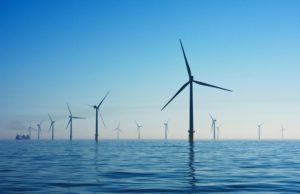 Das Bild zeigt Windkraftanlagen im Meer, die ebenso zur Energieeffizienz beitragen, weil sie Ökostrom produzieren. Bild: Unsplash/Nicholas Doherty