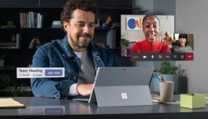 Zu sehen ist eine Mann, der Microsoft Teams kostenlos für ein Webmeeting nutzt. Die Meeting-Teilnehmer sind in klein eingeblendet. Bild: Screenshot Microsoft