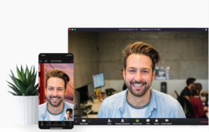 Zu sehen sind ein PC und ein Handy-Bildschirm, auf denen das Tool Zoom verwendet wird. Bild: Screenshot Zoom