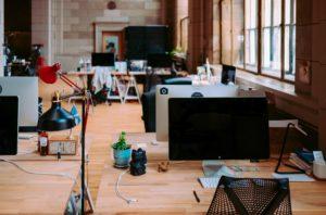 Zu sehen ist ein Büro. Stationäre Arbeitsgeräte lassen sich mieten, aber Sie können auch Home Office mieten. Bild: Unsplash/Annie Spratt