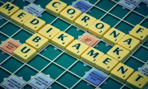 Das Bild zeigt ein Scrabbeltafel. Cyberkriminelle nutzen Corona für massenhaft Fake-News. Bild: Pixabay/Marcus Distelrath