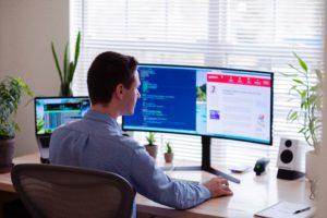 Zu sehen ist ein Mann am Computer. Vielleicht nutzt er die Option Home Office mieten. Bild: Unsplash/Luke Peters