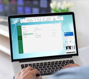Zu sehen sind Hände, die an einem Laptop arbeiten, darauf wird der TeamViewer genutzt. Ist der TeamViewer gratis? Nein. Bild: Screenshot TeamViewer