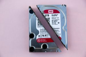 Das Bild zeigt eine zerstörte Festplatte. Sie verdeutlicht den Datenverlust nach einem Ransomware-Angriff. elt wurden, sind Experten wie Ontrack manchmal die einzige Lösung.