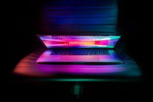 Zu sehen ist ein Laptop, der nur zu 30 Grad geöffnet ist und bunt leuchtet. Ob sich darauf Hakbit-Ransomware befindet. Bild: Unsplash/Edmonds