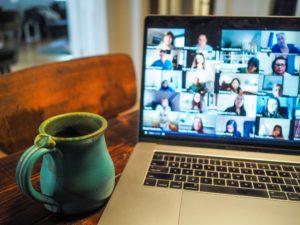 Zu sehen ist ein Laptop auf dem ein Videocall läuft. Ein Headset für Videokonferenz hilft. Bild: Unsplash/Chris Montgomery
