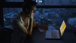 Das Bild zeigt eine Frau im Home Office. Ob ihre Home-Office-Produktivität optimal ist? Bild: Lenovo