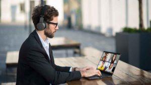 Das Bild zeigt einen Mann, der draußen ein Webmeeting durchführt. Die Home-Office-Produktivität wird durch gute Hardware gewährleistet. Bild: Lenovo