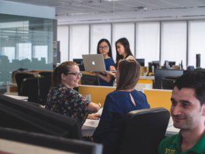 Das Bild zeigt Menschen in einem Büro, die kein Desksharing einsetzen. Bild: Unsplash/Mimi Thian
