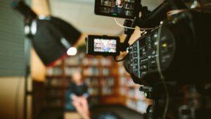 Zu sehen ist eine Kamera, mit der ein Bewerbungsvideo gedreht wird. Bild: Unsplash/Sam McGhee