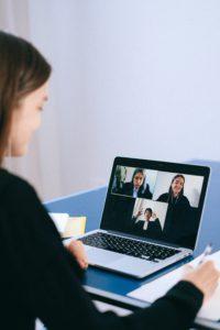 Eine junge Frau führt nach einem Bewerbungsvideo auch auch das Bewerbungsgespräch digital mit einem Videocall. Bild: Pexels/Anna Shvets