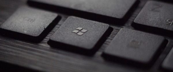 Eine Windows-Tastatur ist zu sehen. Der Besitzer fragt sich: Wie lange kann ich Office 2010 noch nutzen? Bild: Unsplash/Tadas Sar