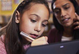 Zu sehen sind ein Mädchen und eine Frau, die zusammen auf einem 2-in-1-Notebook Microsoft 365 Education nutzen. Bild: Microsoft