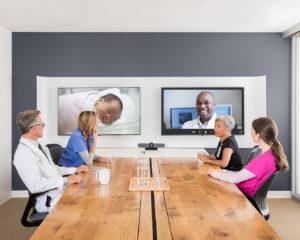 Zu sehen ist ein Besprechungsraum eines Ärzte-Teams. Eines der Videokonferenz-Systeme von Logitech ist darin eingerichtet. Bild: Logitech