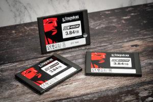 Zu sehen sind Kingston DC500 Server SSDs. Sie eignen sich besonders gut, um hohe Workloads zu bewältigen. Bild: Kingston