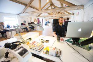 Blick in ein Großraumbüro. Der Geschäftsführer will die Arbeitsplätze managen lassen. Bild: Unsplash/Jonathan Farber