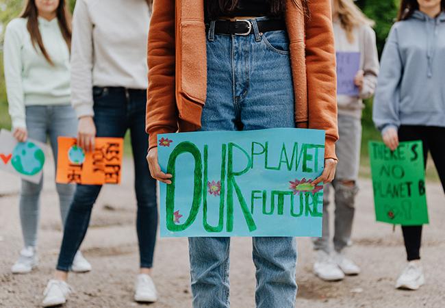 Zu sehen sind mehrere Personen der Fridays-for-Future-Bewegung. Sie geben mit Schildern wichtige Denkanstöße – auch zur Klimaneutralität. Bild: Pexels/Karolina Grabowska