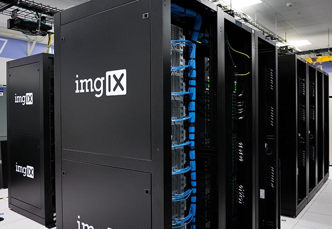Zu sehen ist ein Serverraum. Welcher Server ist der richtige für KMU? Bild: Unsplash/imgix