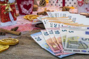 Zu sehen sind Geldscheine und Weihnachtsdekoration. Gibt es einen Corona-Weihnachtsbonus? Bild: Pixabay/Bruno/Germany