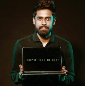 Ein Mann hält einen Laptop mit dem Bildschirm in Richtung Kamera. Darauf steht: You've been hacked. Es geht um Cyberangriffe 2020. Bild: Pexels/Saksham Choudhary