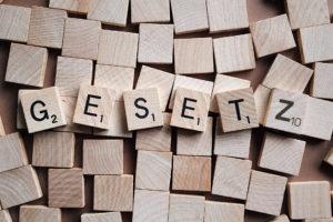 """Zu sehen sind Scrabble-Buchstaben und das Wort """"GESETZ"""". Es bezieht sich auf das GWB-Digitalisierungsgesetz. Bild: Pixabay/Wokandapix;Montage: IT-SERVICE.NETWORK"""