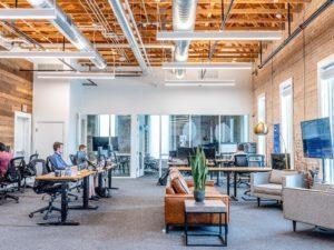 Zu sehen ist ein modernes Büro, in dem die Digitalisierung gelebt wird. Das ist für Unternehmen wichtig, um wettbewerbsfähig zu bleiben. Jetzt hilft auch das GWB-Digitalisierungsgesetz. Bild: Unsplash / Austin Distel