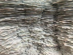 Zu sehen sind Berge von Papier. Es kommt auf die Datenintegrität an. Bild: Unsplash/Christa Dodoo