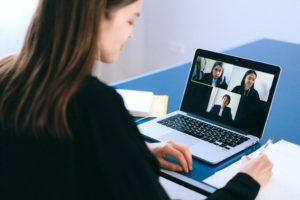 Eine Frau nimmt im Home Office mit ihrem Laptop an einer Videokonferenz teil. Mit der richtigen Technik ist #MachtBuerosZu kein Problem. Bild: Pexels / Anna Shvets